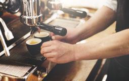 Aprenda como fazer o café ideal com um barista