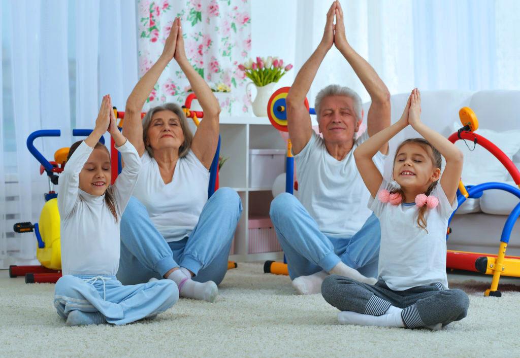 Família fazendo yoga