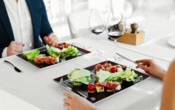 Sim, comer fora de casa de maneira saudável é possível